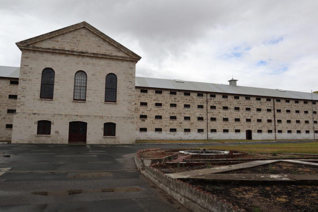 柵の外から見た刑務所