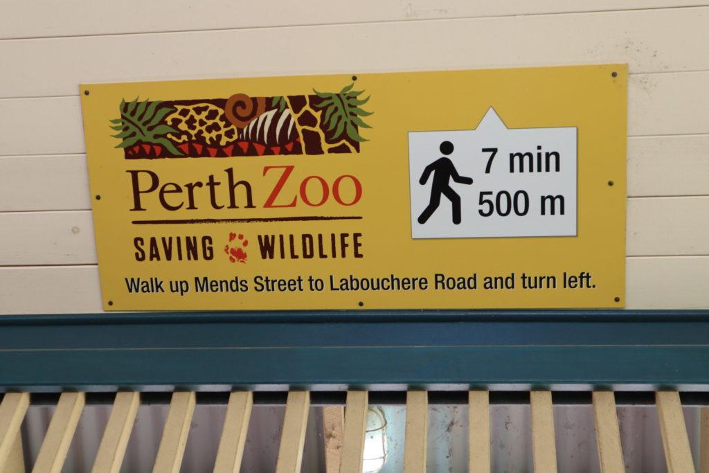 パース動物園への案内板